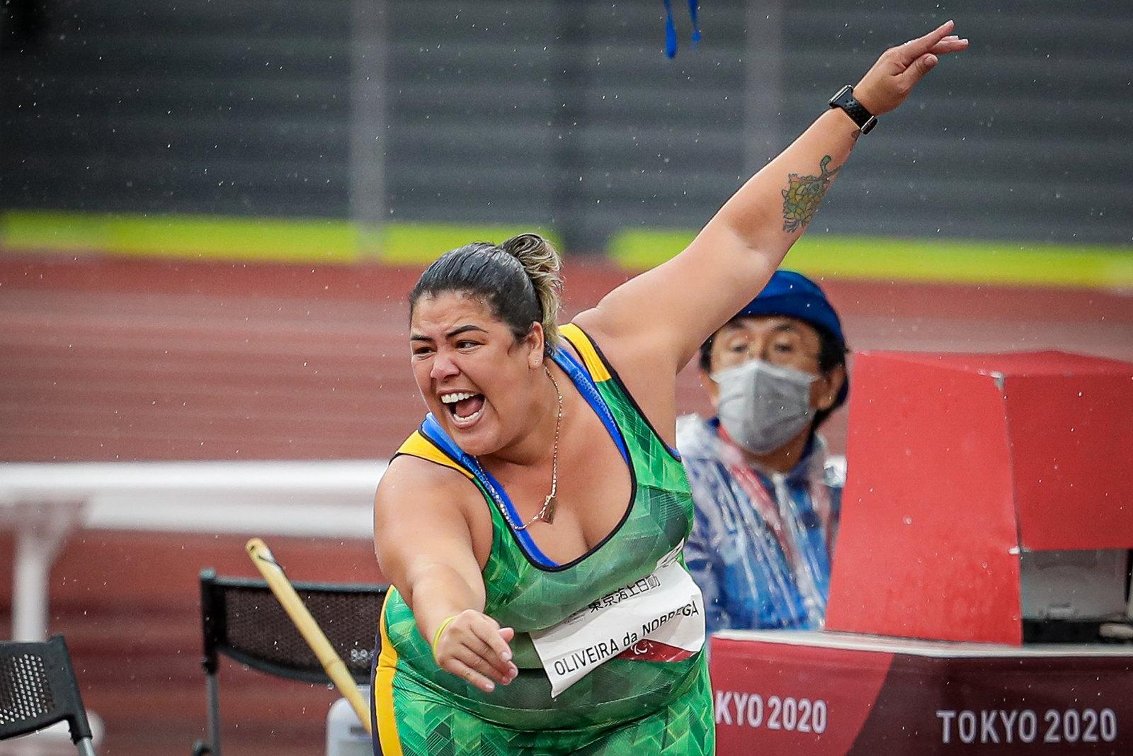 Marivana Oliveira da Nóbrega com mão para frente e boca aberta após um arremesso