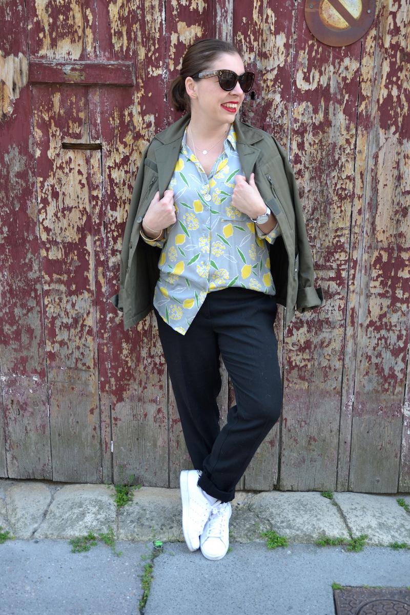 veste kaki, chemisier citron American Vintage, pantalon tailleur Mango, Stan Smith