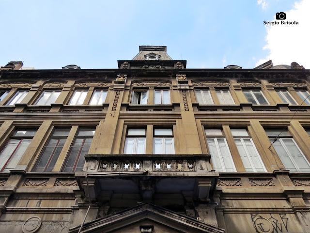 Perspectiva inferior da fachada de um Edifício de 1909 na Rua José Bonifácio - Sé - São Paulo
