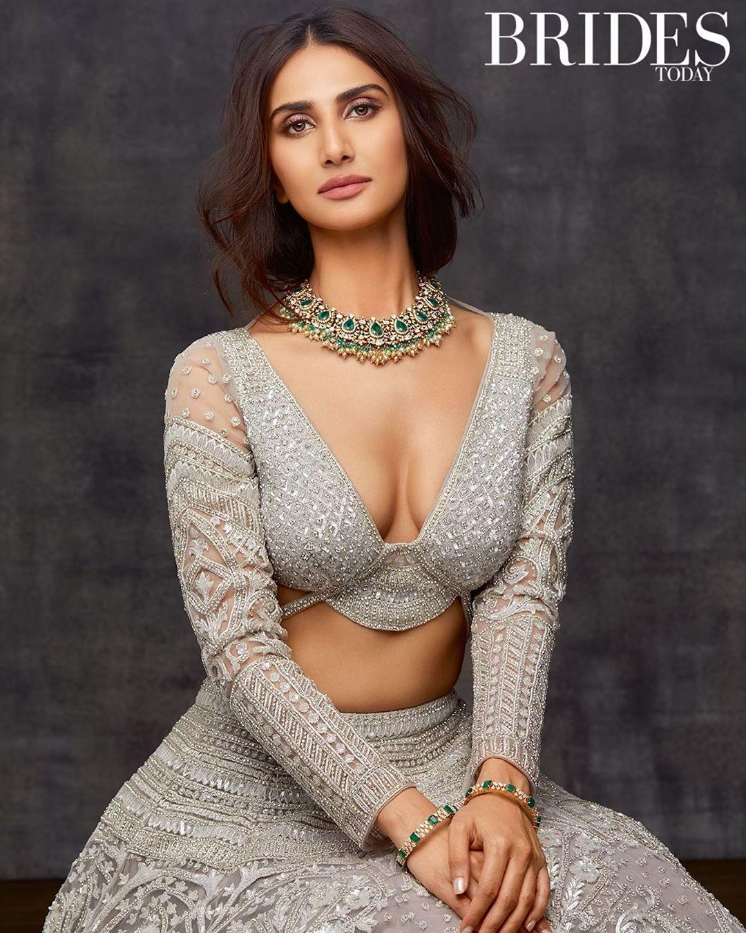 Vaani Kapoor Hot HD Navel Bikini Pictures New Pics
