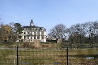 das Schloss von hinten mit Garten und Teich