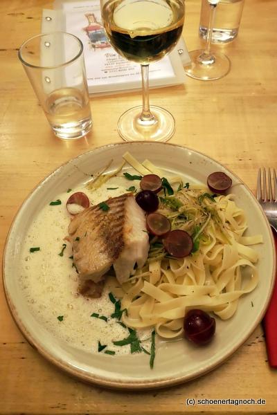 Seelachsloins mit Weintrauben, Lauch-Julienne, Gorgonzola-Sahne-Sauce mit Tagliatelle im Vin Fou in Karlsruhe