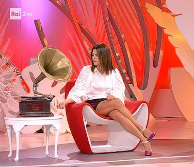 Bianca Guaccero seduta divano antico grammofono detto fatto 30 settembre