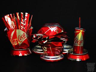 Comida con latas de coca-cola recicladas.
