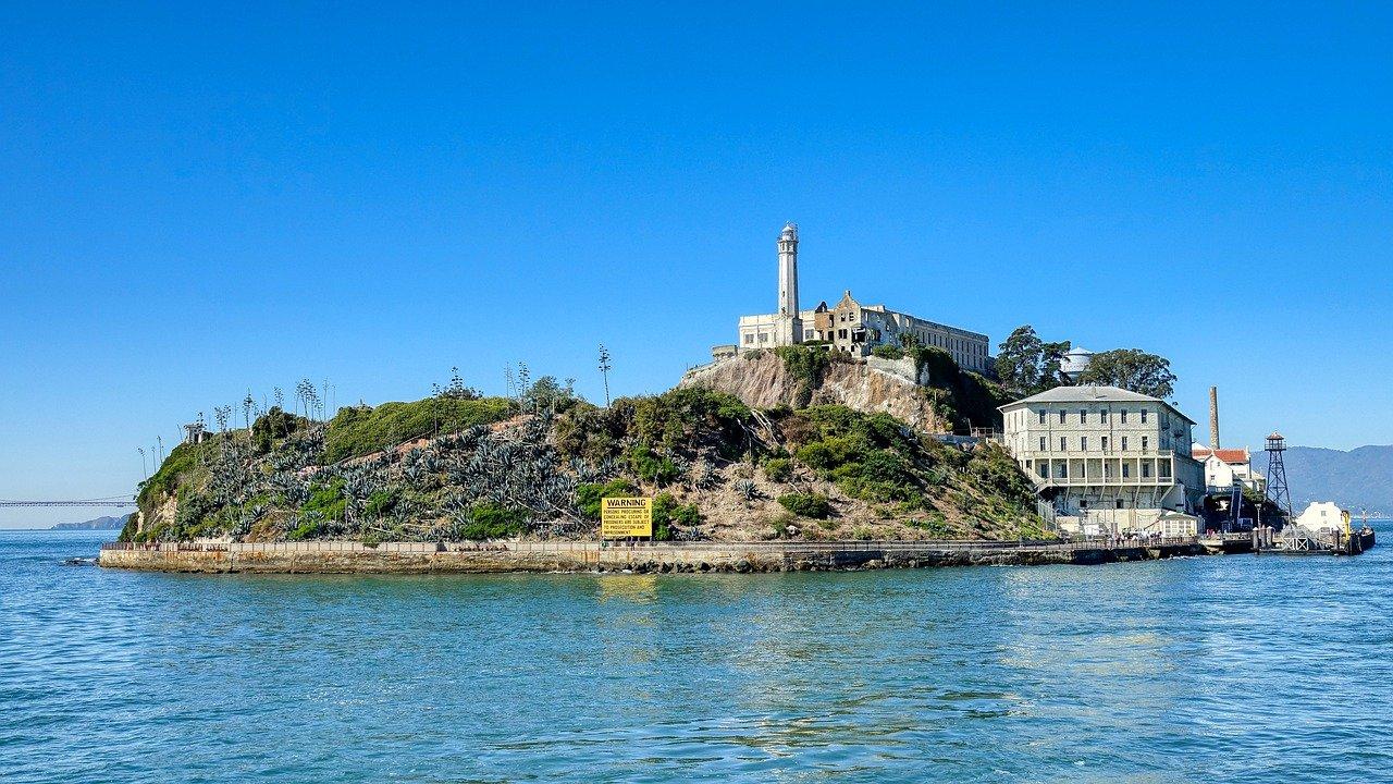 prisão de alcatraz em uma ilha pequena na california