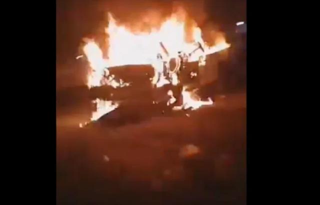 Video: En Chihuahua Sicarios ejecutan a jefe de custodios de penal y ahí mismo lo calcinan, personas pasaron y vieron la camioneta en llamas