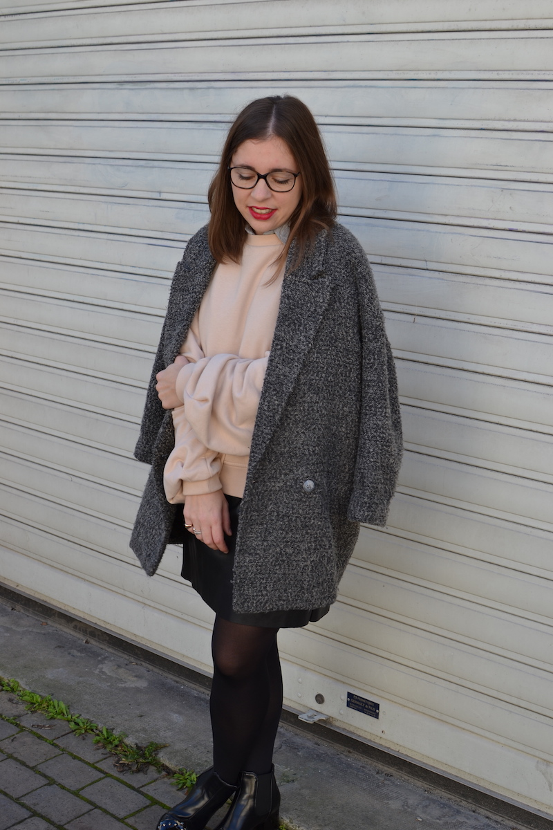 manteau gris chiné H&M, jupe simili cuir Zara, sweat rose H&M, bottines noires à clous Zaful