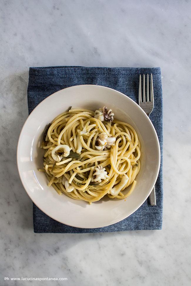 Foto con piatto di spaghetti con carciofi e seppie