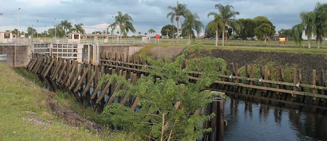 Compuertas del río Caloosahatchee en Ortona