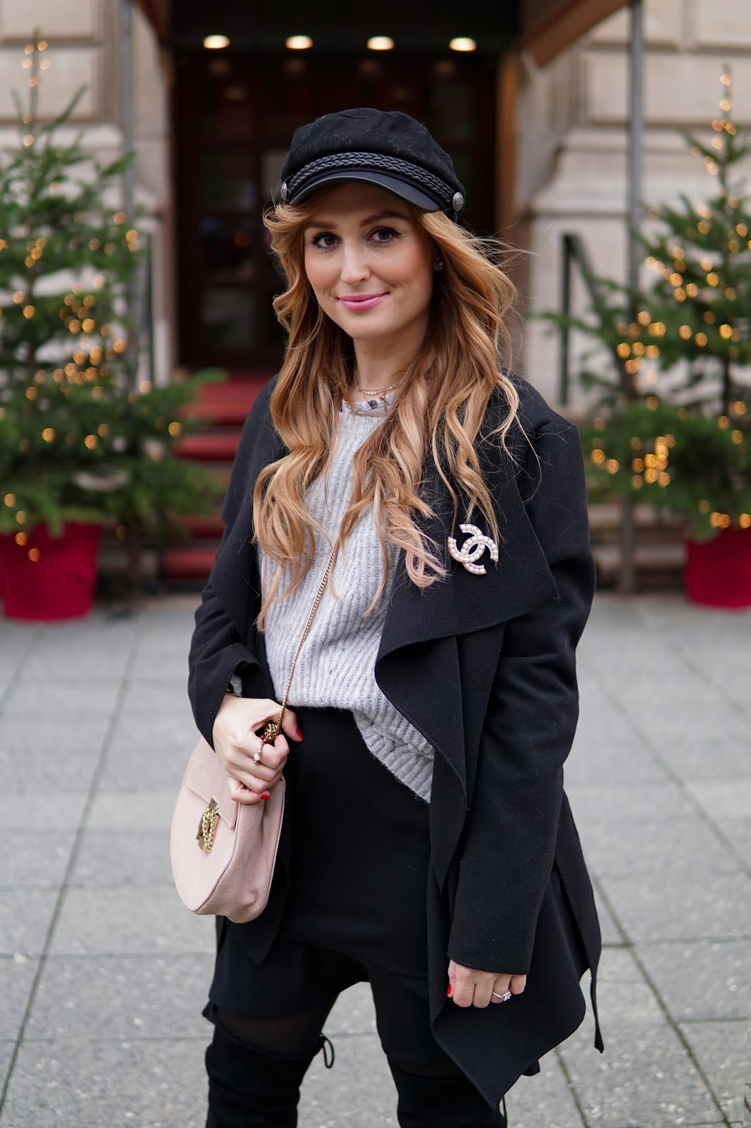 drew-chloe-tasche-in-rosa-zu-schwarze,-mantel-fashionstylebyjohanna-fashionblog-frankfurt-blogger-fashionblogger-bloggerdeutschland-lifestyleblog-modeblog-frankfurt-germanblogger-styleblog-SCHIFFER-MÜTZE-