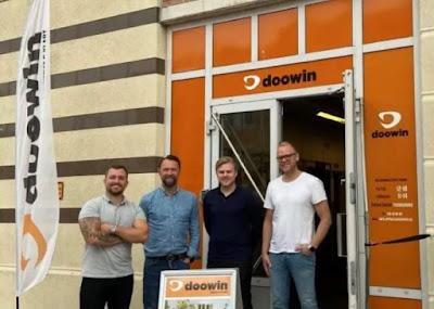 Doowins fyra delägare framför företagsport.