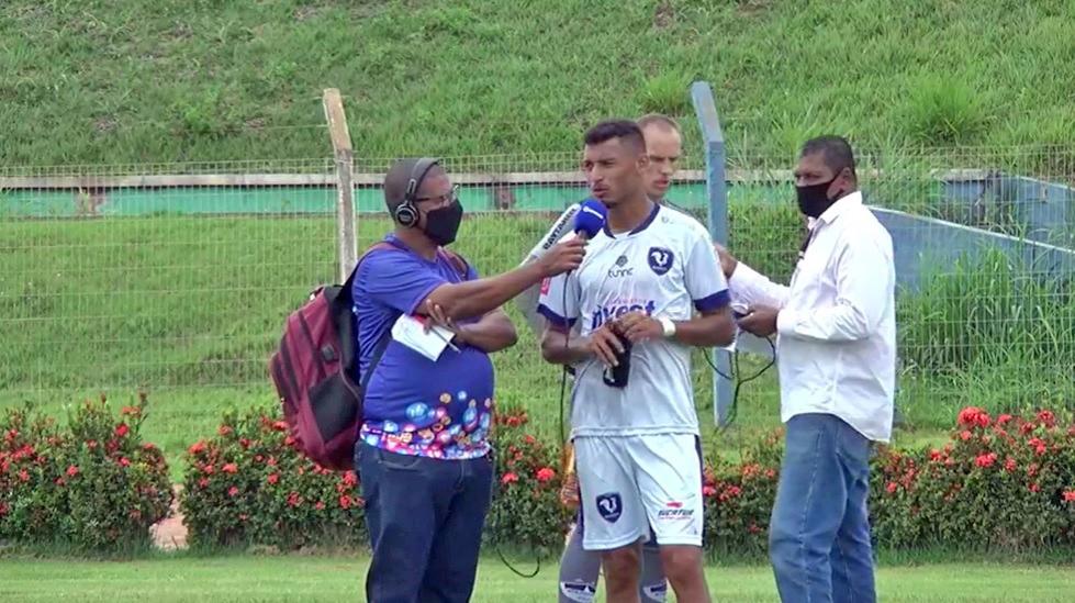 Wagner Cruz jogador do Sinop dá entrevista em campo