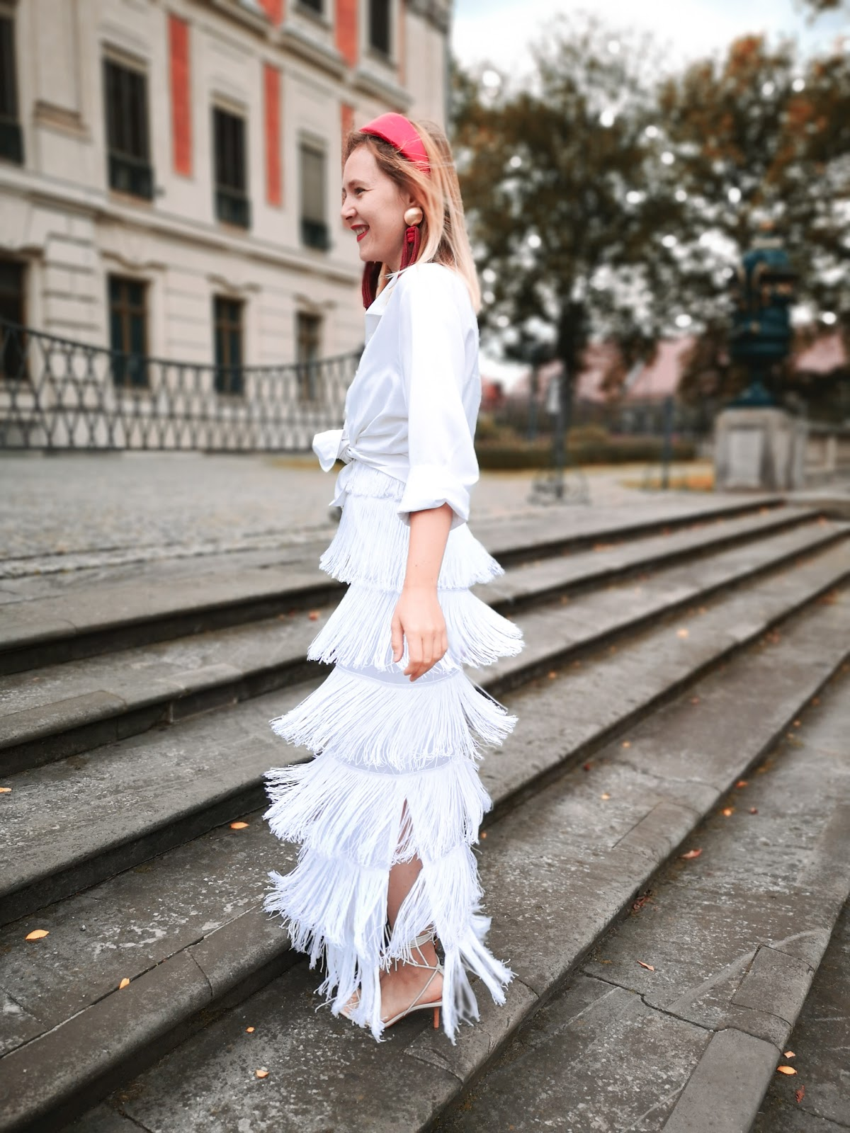 sukienka frędzle, frędzle, z frędzlami, fringe dress, retro dress, spaghetti strap fringe dress; opaska czerwona; opaska uterque; czerwona torebka ; kolczyki długie frędzle; kolczyki frędzle, kolczyki uterque;