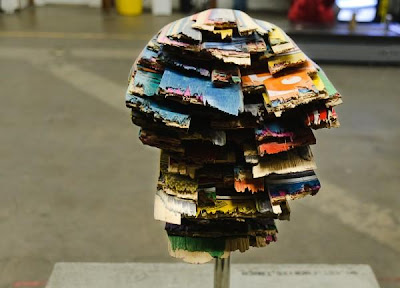 Escultura colorida con madera de patineta reciclada