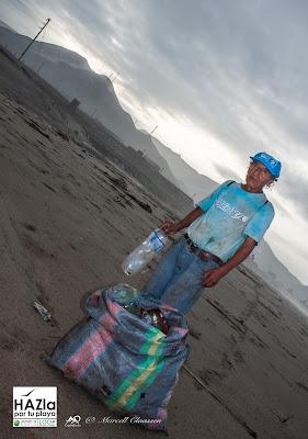 Justo Valverde collecting plastic bottles (Coishco, Peru)