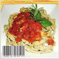 Pappardelle com molho de tomate, manjericão e alecrim