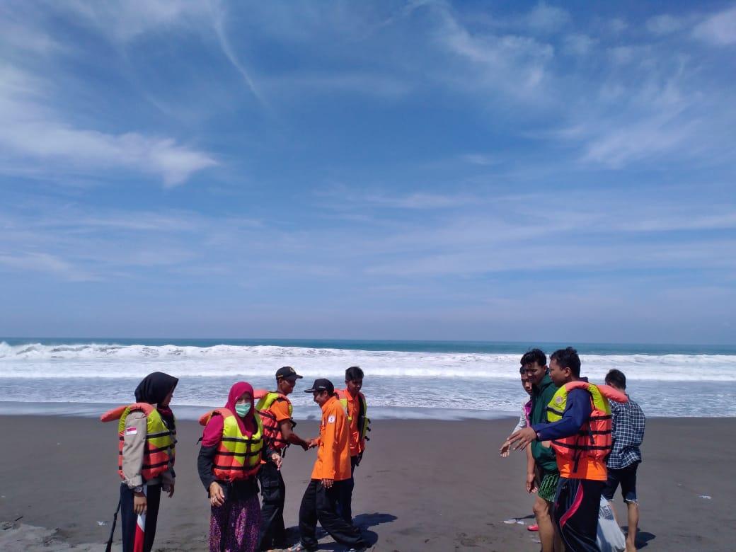 Mandi di Laut, Remaja Buluspesantren ini Hilang Terseret Ombak Pantai Bocor