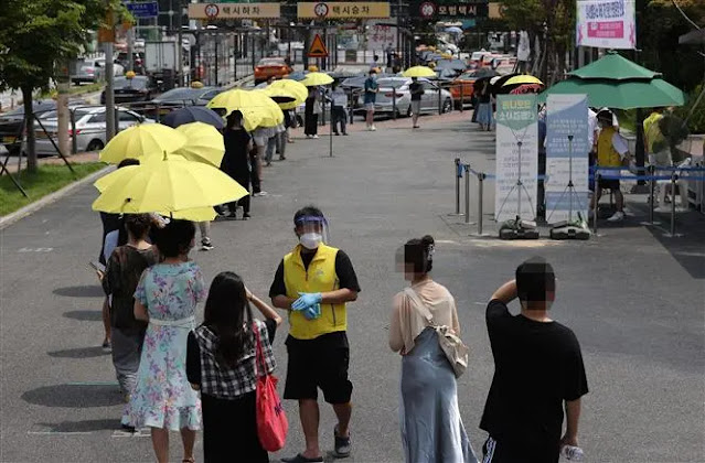 People wait in line to get tested for COVID-19 in Seoul, South Korea, on July 13, 2021. Photo: Yonhap