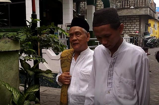 """Cak Kur, Imam Masjid Tunanetra """"Belajar Al Quran dengan Menghafal"""" (Video)"""