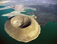 Sönmüş bir volkan kraterinin kuş bakışı görünümü