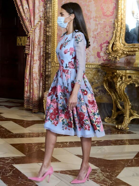 Queen Letizia wore an embroidered blue dress from the Resort 2018 Collection of Carolina Herrera. Magrit pink clutch and pink suede pumps