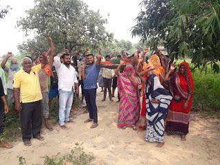 जनप्रतिनिधियों के विरुद्ध ग्रामीणों का प्रदर्शन | #NayaSaberaNetwork