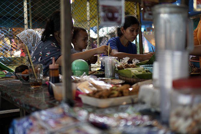 Pengunjung menikmati kuliner di Pasar Sore Karangrandu