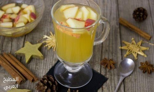 عصير تفاح أصفر مع القرفة وقطع من التفاح عمل عصير التفاح