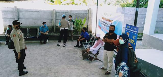 Anggota Polri Kawal Batalyon Vaksinator Lakukan Vaksinasi di Lombok Barat