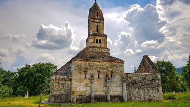 Biserica medievală de piatră Sfântul Nicolae din Densuș