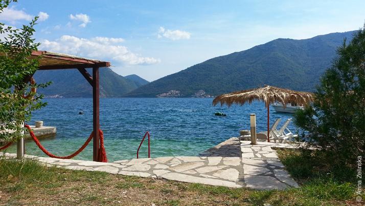 Пляж с небольшим причалом, Черногория