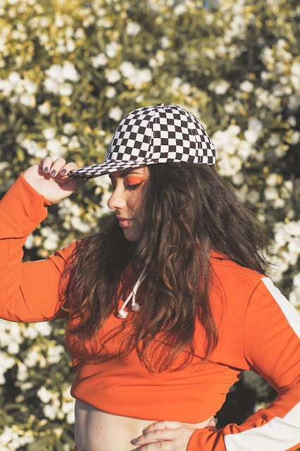 gorra de cuadros con sudadera de femme luxe