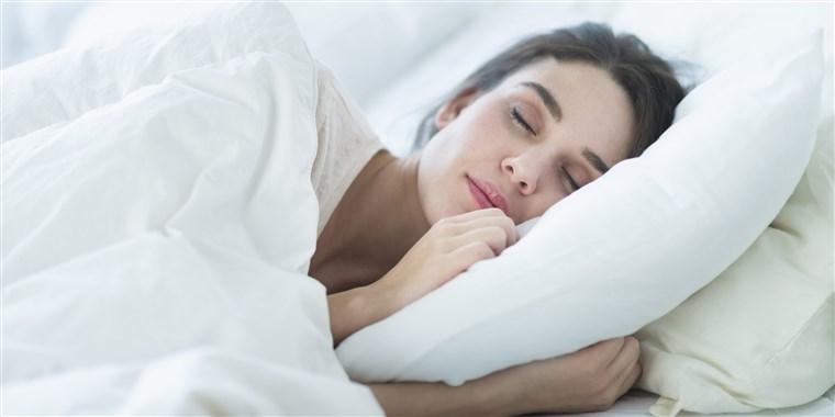 Ngủ sai tư thế là một trong các nguyên nhân gây lão hóa