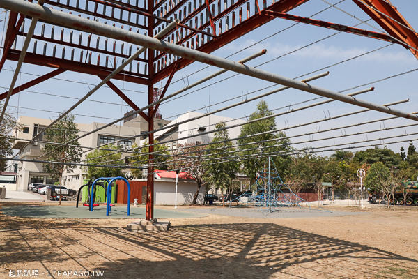 南投草屯|草屯兒童樂園|十幾項遊樂設施免費玩|沙坑|球池|戰車|旭光高中對面