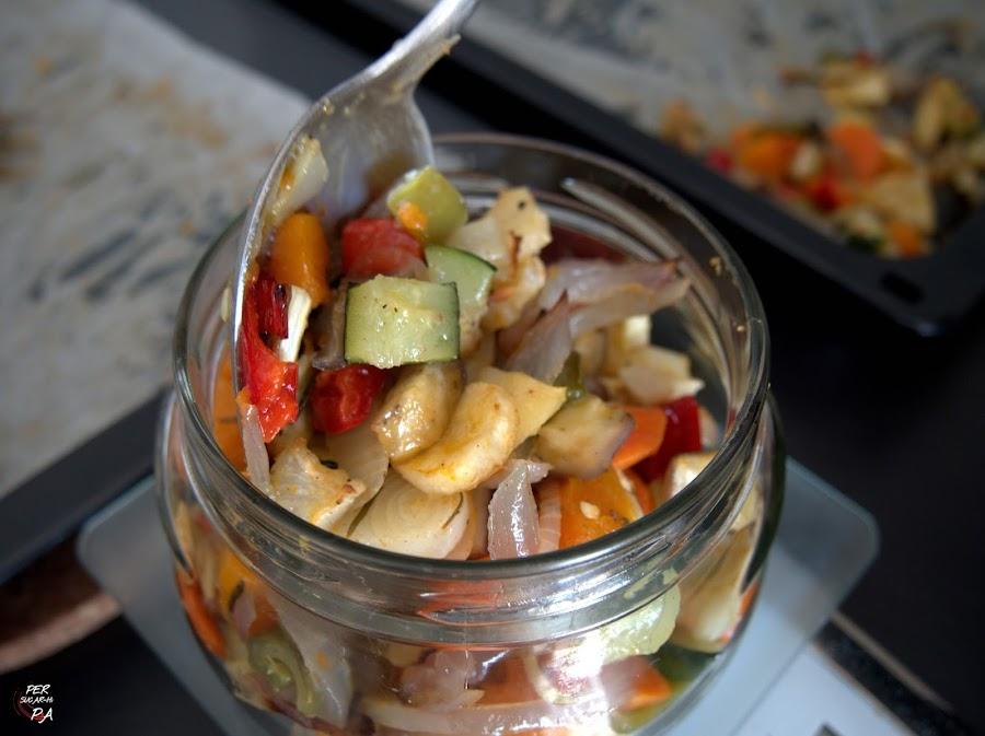 Verduras de temporada troceadas y asadas al horno, aderezads con hierbas aromáticas, una guarnición básica.