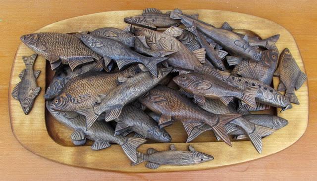 резной деревянный поднос в подарок рыбаку