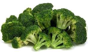 Foto de varios brócolis sin hojas