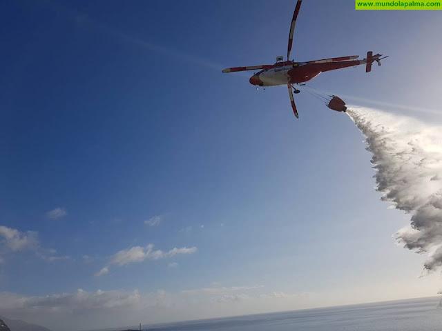 Un incendio en la costa de Tazacorte moviliza al Helicóptero del GES