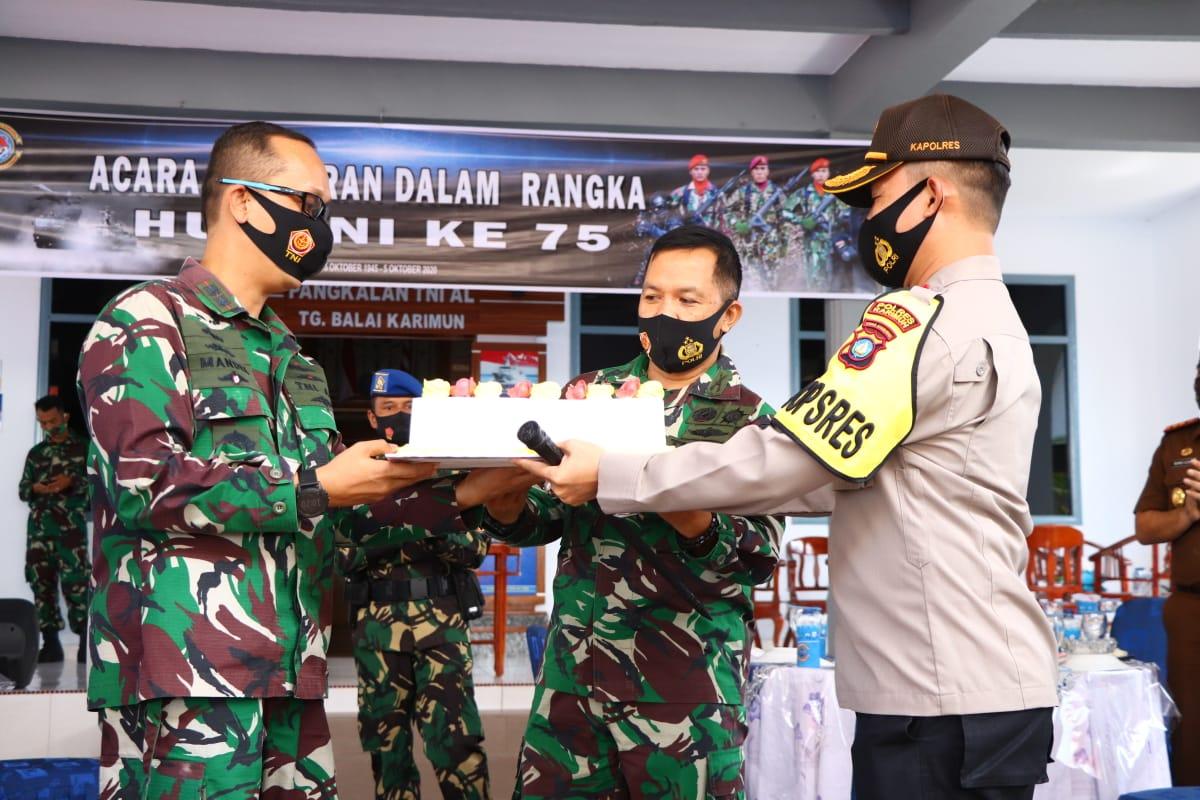 Kapolres Karimun Kunjungi Lanal Tbk, Kodim 0317 dan Koramil Membawa Kado Kue Ultah HUT TNI ke 75