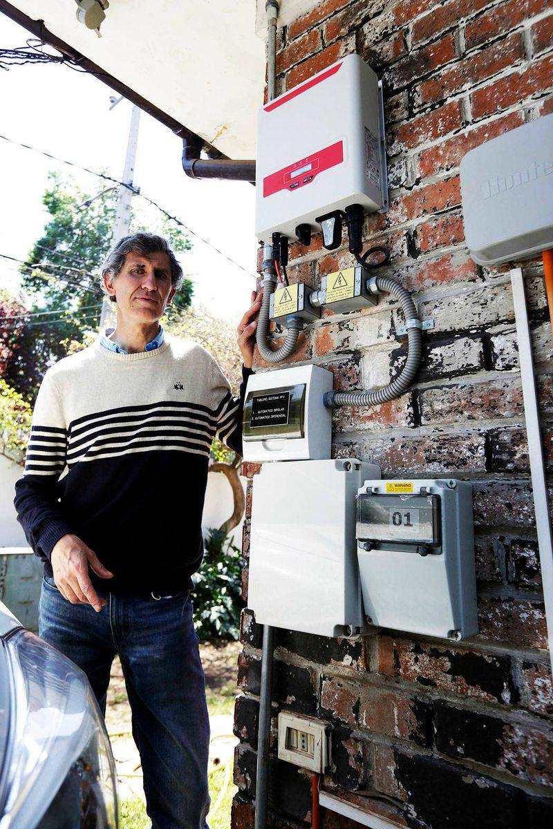 Jorge Araneda tiene un sistema de generación fotovoltaica en su casa