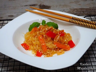 Makaron z fasoli mung z warzywami w stylu orientalnym