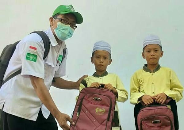 Ajaran Sekolah Baru Lazisnu Kota Pasuruan berbagi Peralatan sekolah dan bantuan biaya pendidikan