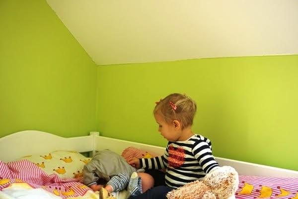 dwulatka bawi sie lalkami