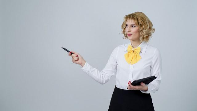 ilustrasi seorang guru perempuan yang sedang mengajar di depan kelas