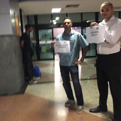chófer esperando en el aeropuerto con cartel. Aeropuerto de Salvador de Bahía. SSA