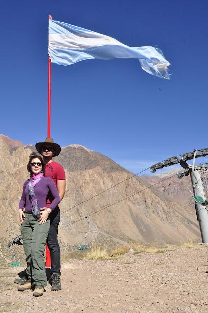 Na estação de esqui Los Penitentes. A bandeira da Argentina, imponente.