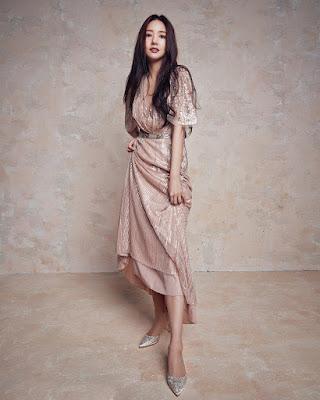 Park Min Young  pamer manis dan seksi betis indah dan mulus