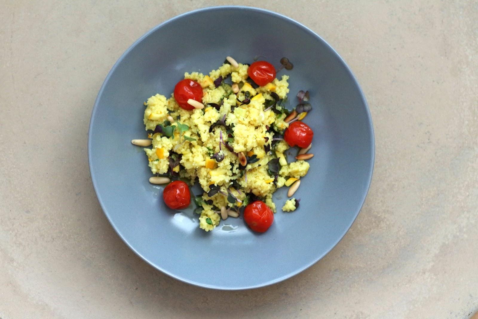 Couscous mit sautierter gelber Zucchini, in Rosmarinöl confierten Tomaten, Pinienkernen und Rettichsprossen