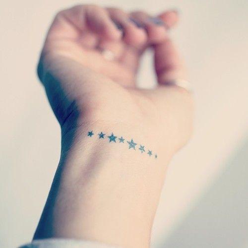chica con tatuaje de estrella, el tatuaje es elegante