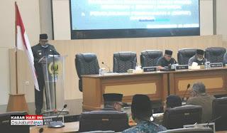 Bupati Sukabumi, H Marwan Hamami saat menyampaikan pandangan umum di depan anggota DPRD